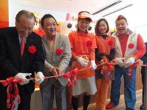 台灣芒果恰恰老闆張智閔夫妻(右1、2)和日本芒果恰恰老闆宮下美智子(右3)與日本地區副總裁林志鴻(左2)等人出席原宿店開幕剪綵儀式