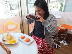 早上8點45分就到店門口排隊的日本客,因為喜歡芒果所以特地前來嘗鮮,忍不住也拿出手機拍