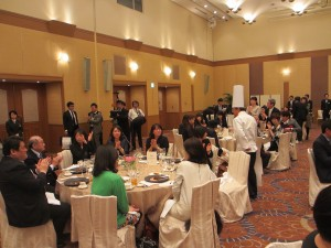 福岡の食を堪能する出席者達