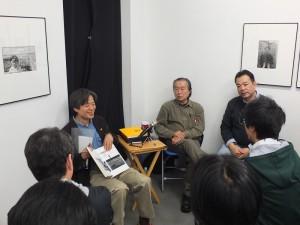 日本攝影評論家飯澤耕太郎(手持書者)和台灣攝影大師張照堂(右2)進行對談,解說他從早期到近期的攝影作品(圖右為此次策展人沈昭良)