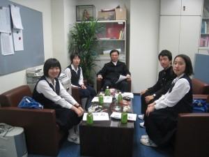 教育組副組長林世英和4位到代表處訪問的日本國中生說明台灣國中生的校園生活