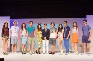 展示GU2014春夏新裝的模特兒與GU董事長柚木治(右6)合影