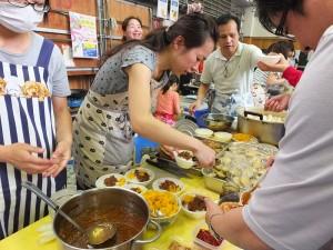 美味的滷肉飯相當受到歡迎,讓擺攤的學生家長忙得不亦樂乎