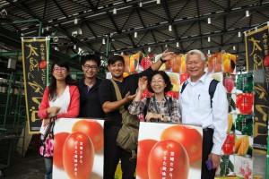 大田市場のマンゴーブースにて記念撮影