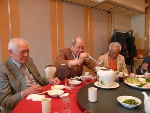 ふかひれ・鮑・干し貝柱や漢方食材など20種類を丸1日火にかけて作る壺蒸し料理を楽しむ福禄壽会メンバーの方々
