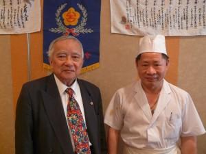 日本台湾福禄壽會・林丕繼会長(写真左)と東明飯店の温和栄料理長(写真右)