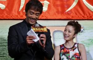 上戶彩在一旁笑看阿部寬拿出小抄和台灣影迷說謝謝