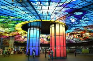 高雄市近年積極向海外行銷觀光。(圖為高雄捷運美麗島站內的玻璃藝術「光之穹頂」)