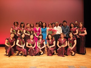 趙雲華長期指導橫濱華僑總會的華韻合唱團,音樂會後特別和合唱團團員合影