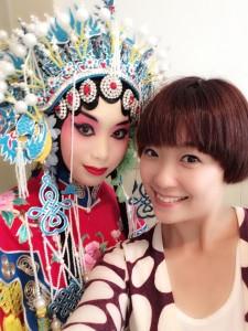 錢宇珊老師(右)為會員做京劇裝扮