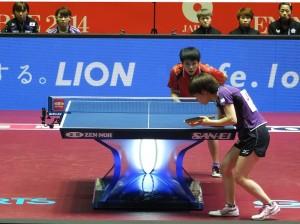 台灣一姐鄭怡靜(紅黑制服)對上日本一姐石川佳純,比數打得相當接近,但在關鍵球上處理不好,因而輸掉球賽