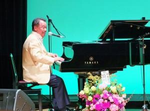 駐日代表處僑務組組長趙雲華受邀參加橫濱華僑總會舉辦的橫濱日華文化交流音樂會,表演彈奏爵士鋼琴