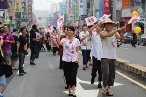 和服や昔の学生服姿の若者らによる店頭前パレード