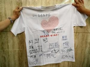 ACC院童的中文簽名T恤 院童不只能講中文  還寫的一手好字