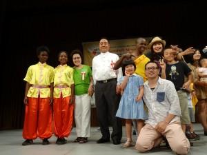 日本欣華會會長李忠儒伉儷(左四)與院童合影