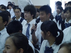 橫濱中華學院學生向演唱家提問