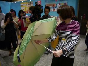 周邊商品中還有翠玉白菜為設計的雨傘