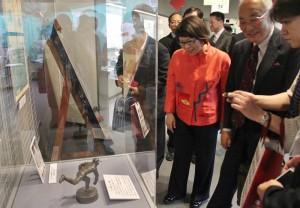 19日在野球殿堂博物館的贈像儀式結束後,嘉義市長黃敏惠(右3)和野球殿堂博物館理事長熊崎勝彥(右2)一起欣賞放在博物館內典藏的吳明捷像