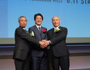 左起為森大廈公司社長辻慎吾、日本首相安倍晉三和東京都知事舛添要一,3人於6月10日出席「虎之門Hills」開幕典禮
