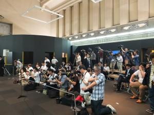 在東博本館特別5室的開箱儀式記者會現場擠進許多台灣和日本媒體,等著迎接翠玉白菜這個嬌客,但最後不得不取消