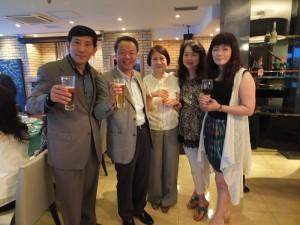 僑務組長趙雲華伉儷(左2、3)和與會的僑民合影留念