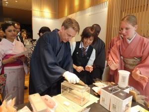參加名店巡禮行程的旅客有機會可以親自體驗削柴魚片