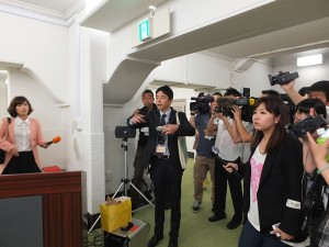 東博工作人員被台灣媒體圍住,針對開箱儀式一再延遲提出說明