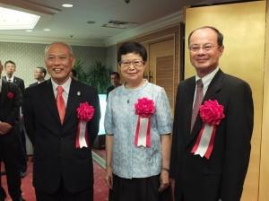 東京都知事舛添要一(左)特別到現場向故宮院長馮明珠(中)和駐日代表沈斯淳(右)致賀