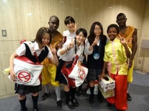 京都兩洋高中同學與院童合影