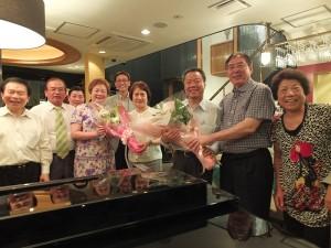 世華日本分會會長河維寧(左3)和東京華僑總會會長李維祥(右2)代表致贈花束給趙雲華伉儷