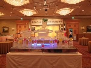 酒會現場特別擺設故宮造型和翠玉白菜造型的冰雕