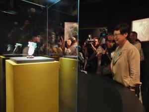 國立故宮博物院院長馮明珠特地到《翠玉白菜》展場欣賞國寶在海外的首次展出