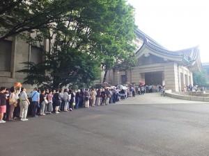 「神品至寶」展開幕首日,便吸引大批民眾到場排隊等著看門外不出的國寶《翠玉白菜》