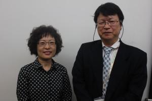 国立台湾美術館典藏管理組組長の薛燕玲さん(=左)、府中市美術館係長の志賀さん(=右)