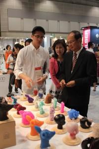 「FRESH TAIWAN MEET JAPAN」パビリオンを見学する沈斯淳・台北駐日経済文化代表処代表と代表夫人