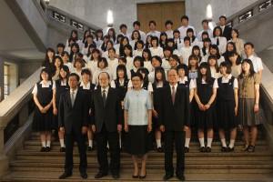 被災地の学生らと記念撮影
