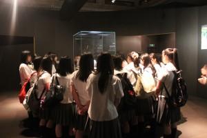 翠玉白菜を参観する学生ら