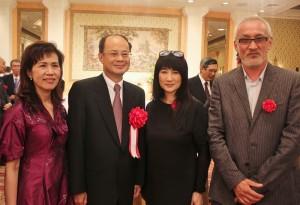 駐日代表沈斯淳伉儷(左1、2)和台裔演員余貴美子及其夫婿(右2、1)合影