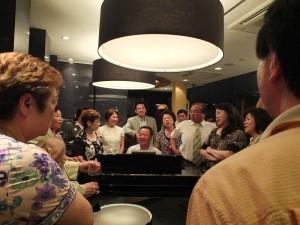 大家一起圍在鋼琴旁,聆聽趙雲華的動人琴聲,也不時一起合唱,氣氛相當熱絡