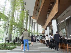 設施內寬敞的空間充滿綠意,有別其他商業設施