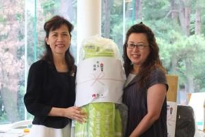 拿到女子組冠軍的駐日代表夫人林則媛(左)獲頒高爾夫球袋一組,上面繡有第一屆台商盃等字樣