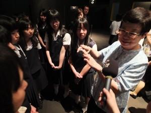 故宮院長馮明珠和等候看《翠玉白菜》的學生解說其工藝技巧