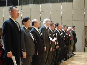 歷代名譽會長、張會長及理監事齊唱國歌與校歌