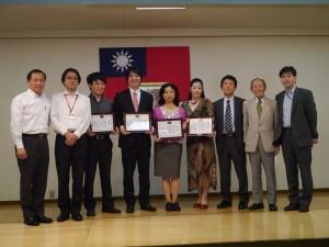 橫濱中華學院校長馮彥國(左1)和歌劇《梧桐雨》演出者等人合影