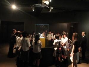 學生圍繞在《翠玉白菜》前,仔細端詳它細膩的雕工技藝