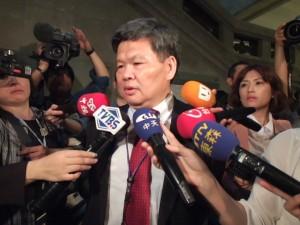駐日代表處新聞組組長許國禎被台灣媒體包圍,針對這次日方文宣品未標「國立」字樣一事,解說最新狀況並表示代表處將依外交部指示和日方交涉