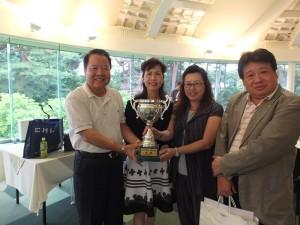 名譽會長詹德薰(左1)和駐日代表夫人林則媛(左2)分別獲得第一屆台商盃的總冠軍和女子組冠軍