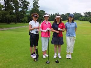 東京台灣商會會長錢妙玲(右2)和駐日代表夫人林則媛(左2)在同一組一起打球