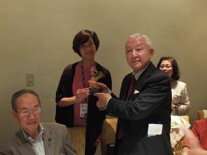 國語實小校長楊美伶(左)贈送紀念品給日華協會會長頭山興助(右)