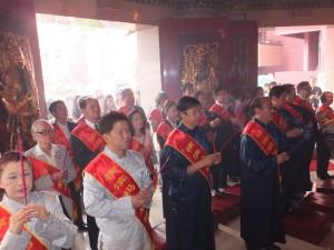 駐橫濱辦事處處長粘信士伉儷(第2排左2、3)參加橫濱媽祖廟良緣祭
